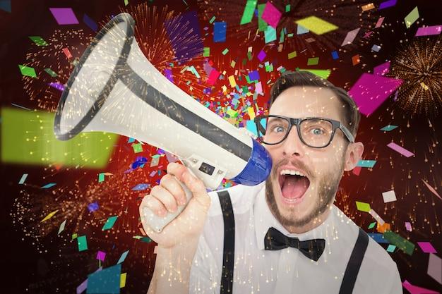 Immagine composita dell'uomo d'affari geek che grida tramite il megafono