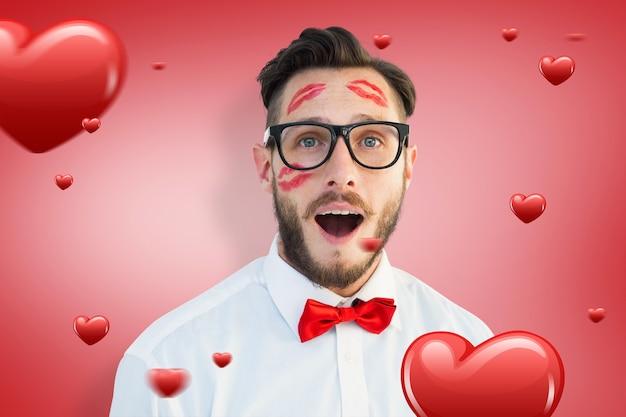 Immagine composita di hipster geek con baci sul viso