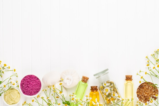 Composizione aromaterapia con cosmetici naturali e fiori di camomilla
