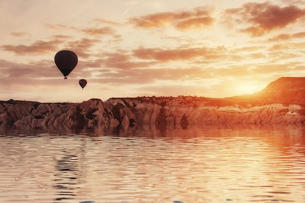 Composizione di palloncini sull'acqua e sulle valli