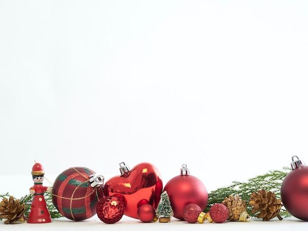 Composizione di bellissime decorazioni natalizie su sfondo bianco
