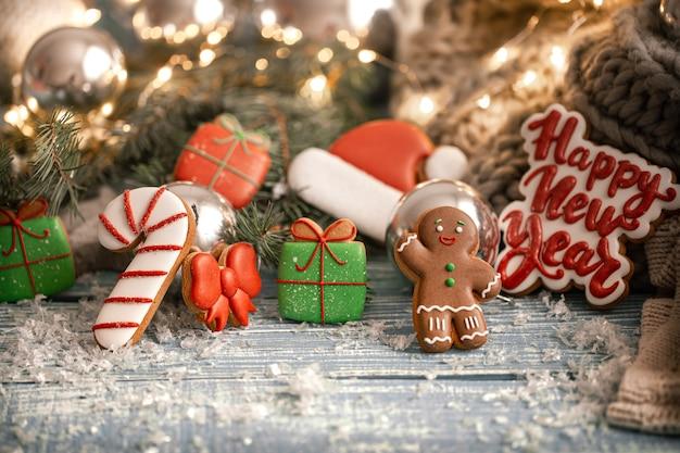 Composizione di bellissimi biscotti di panpepato di natale fatti a mano su uno sfondo sfocato accogliente.