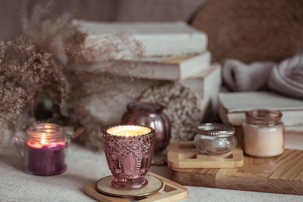 Composizione di bellissimi candelabri vintage con candele accese su uno sfondo sfocato.