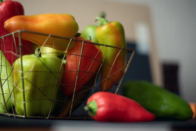 Composizione di peperoni di colore diverso su sfondo bokeh