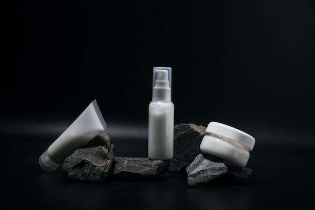 La composizione dei flaconi di cosmetici per la cura del viso