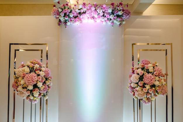 Composizione di mazzi di fiori in vasi in colori pastello nella zona foto. preparazione del matrimonio, decorazione per cerimonia. posto per il testo.