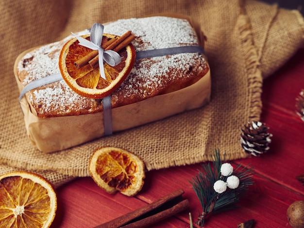 Composizione della torta di natale con arancia e cannella