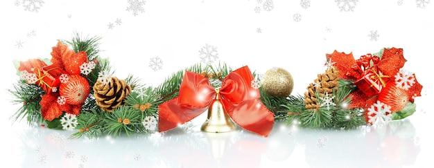 Composizione delle decorazioni natalizie isolate su bianco
