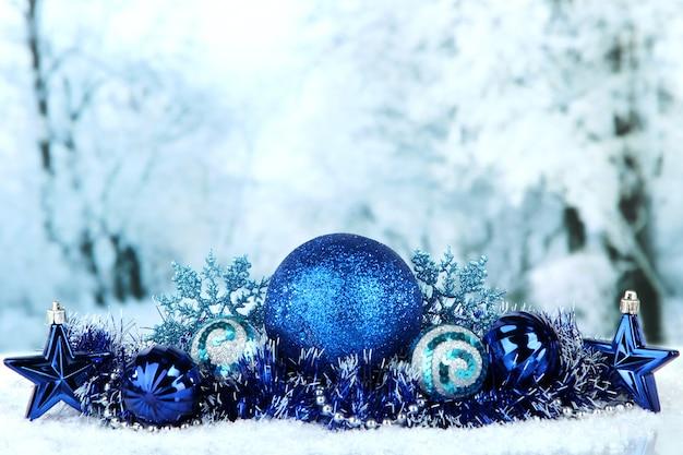 Composizione delle decorazioni natalizie su sfondo invernale chiaro
