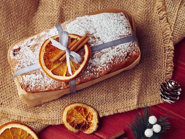 Composizione del bigné della focaccina di natale con arancia e cannella