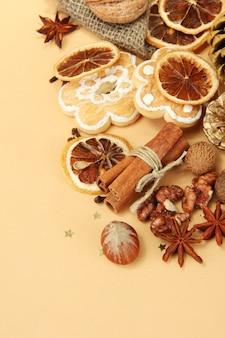 Composizione di spezie natalizie, su fondo beige