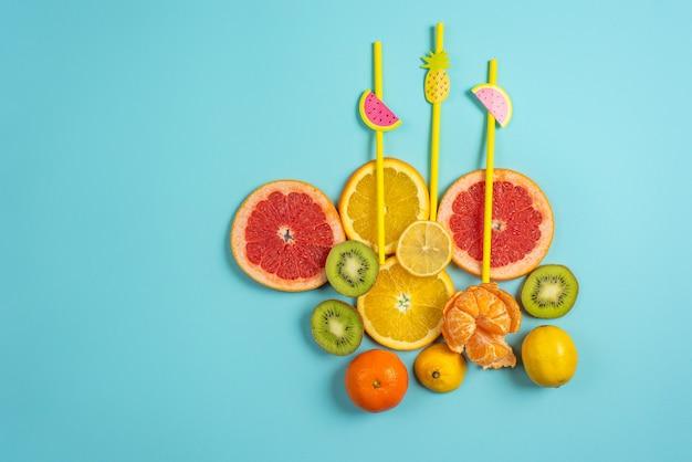 Composizione di agrumi, arancia e limone su giallo
