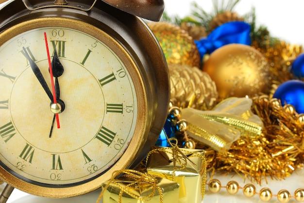 Composizione del primo piano dell'orologio e delle decorazioni natalizie