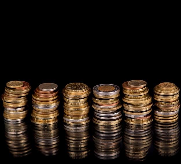 Composizione delle monete sullo sfondo nero