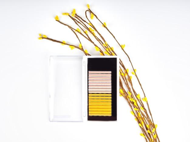 Composizione di ciglia colorate per extension con fiori, palette bicolore.