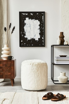 Composizione di un accogliente design d'interni per soggiorno con cornice per poster, pouf, comò e accessori personali. stile classico moderno. modello.