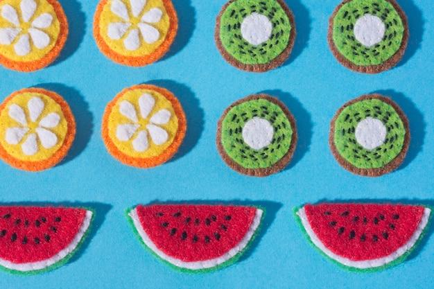 La composizione dell'artigianato in feltro sotto forma di cibo e
