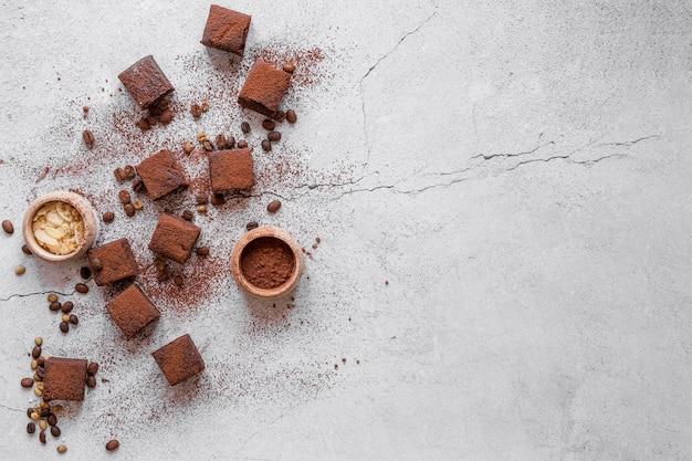 Composizione di deliziosi prodotti al cioccolato con spazio di copia