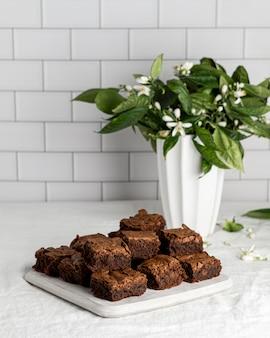 Composizione di deliziosi brownies fatti in casa