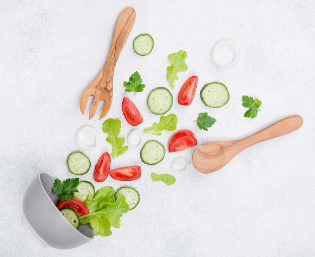 Composizione di diversi ingredienti su sfondo bianco