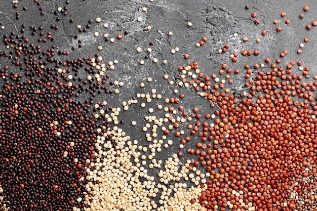 Composizione di diverse varietà di semi di quinoa su sfondo nero