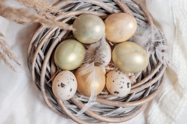 Composizione delle uova sullo sfondo del tavolo. composizione di pasqua.