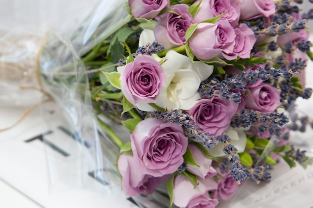 Composizione di fiori delicate rose rosa e gigli bianchi