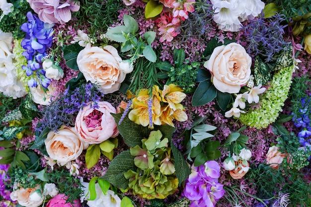 Composizione di fiori e foglie. sfondo colorato fiore di primavera