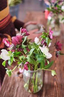 La composizione dei fiori. colpo di fioritura fiori viola in piedi in un vaso di vetro.