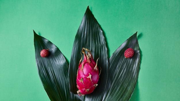 Composizione da litchi di frutta matura tropicale e pithaya