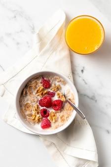 Composizione di cereali sani ciotola con succo d'arancia