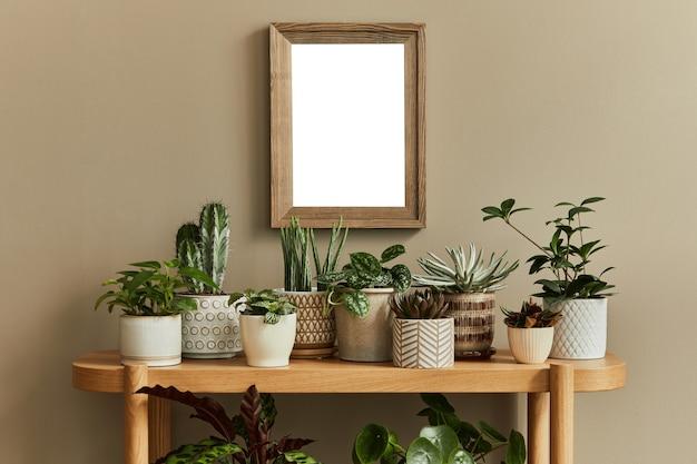 Composizione del design d'interni con cornice per poster mock up e modello di giardino domestico di piante diverse