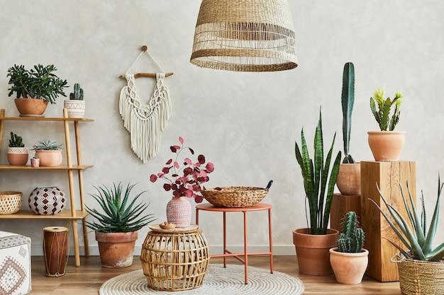 Composizione dell'interno del soggiorno con copia spaceplants e cactus e accessori boho modello
