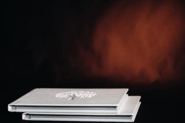 Composizione di fotolibri in pelle bianca naturale di diverse dimensioni