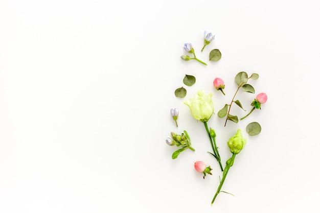 Composizione di fiori estivi rosa e bianchi
