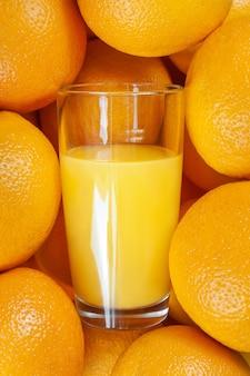 Composizione di arance mature e bicchiere di vetro bicchiere di succo d'arancia. . foto di alta qualità
