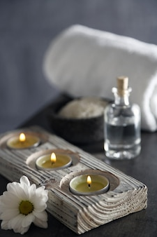 Composizione del trattamento termale sulla superficie colorata del tavolo