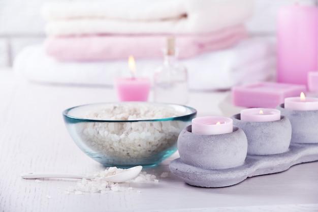 Composizione del trattamento termale sul tavolo, su uno spazio bianco