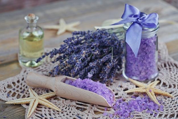 Composizione del trattamento termale con sale marino naturale e olio aromatico su tavola di legno. concetto spa.