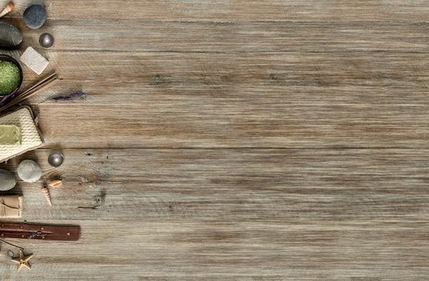 Composizione del trattamento termale sul tavolo di legno. vista dall'alto