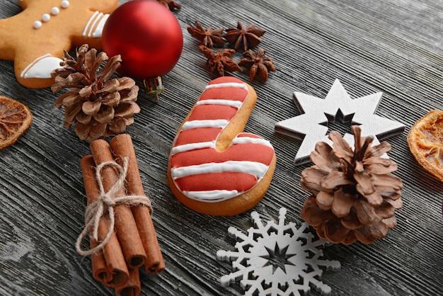 Composizione di gustosi biscotti e decorazioni natalizie sulla tavola di legno