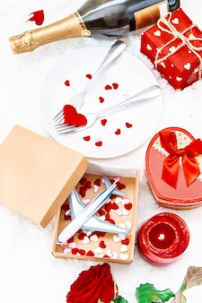 Composizione di regali e ornamenti di san valentino
