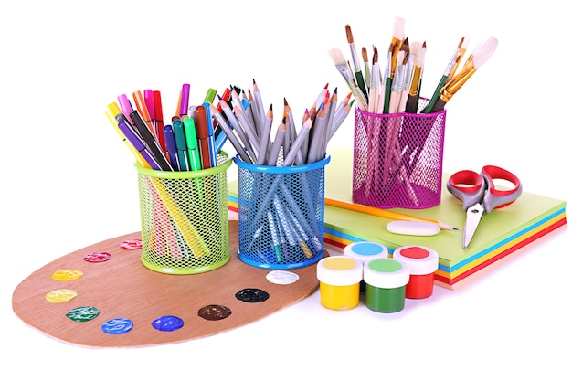 Composizione di vari strumenti creativi isolati su bianco