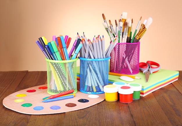 Composizione di vari strumenti creativi sul tavolo su beige