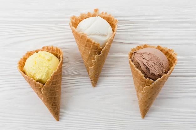 Composizione di coni waffle con gelato