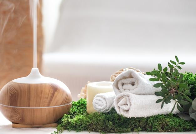 Composizione con umidificatore d'aria e accessori da bagno.