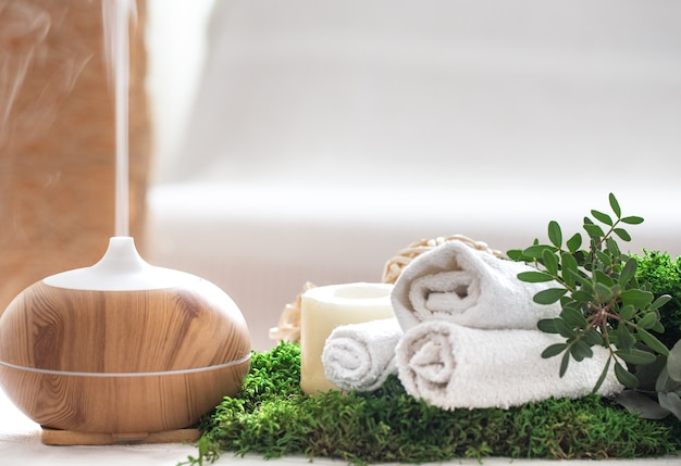 Composizione con umidificatore d'aria e accessori da bagno