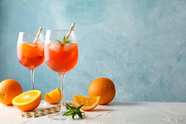 Composizione con aperol spritz cocktail su sfondo blu