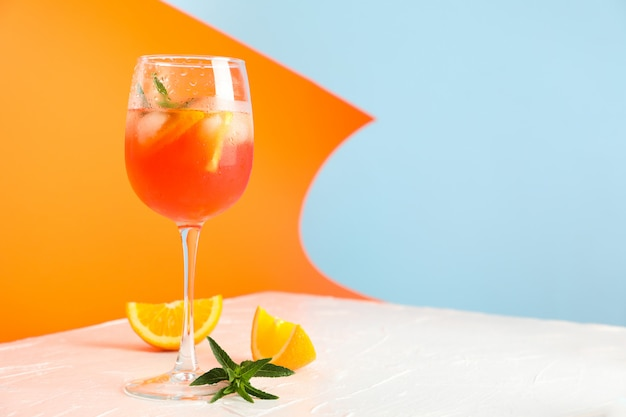 Composizione con aperol spritz cocktail su sfondo colorato