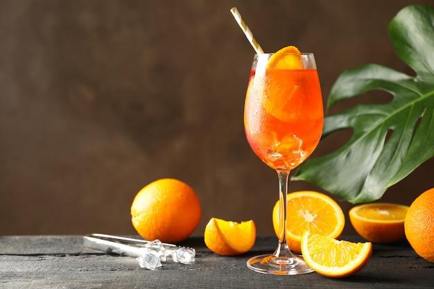 Composizione con aperol spritz cocktail sulla tavola di legno